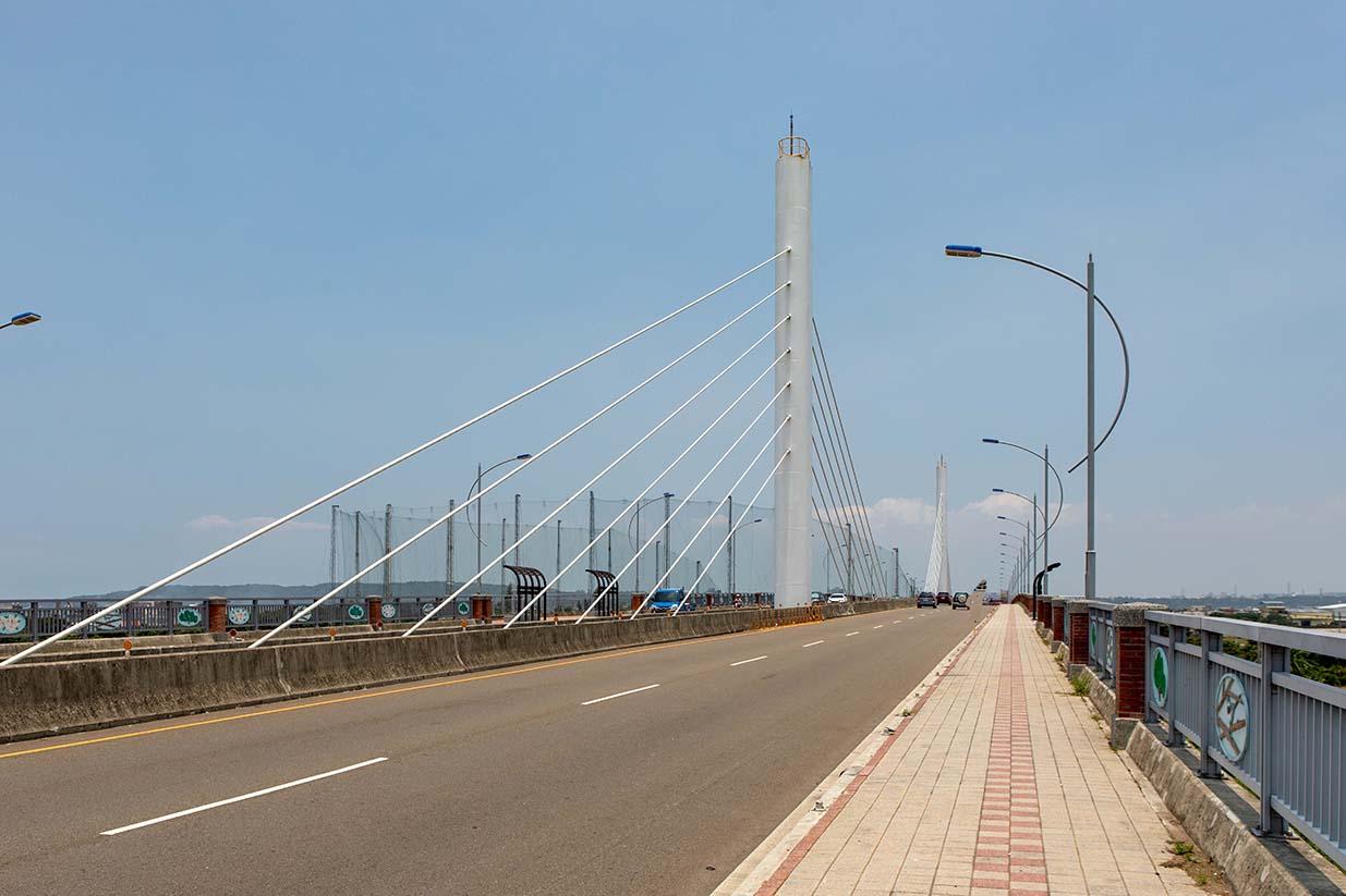 舊社橋兩側的設計單向2.5米寬的自行車與人行共用道,讓民眾安全且舒適來趟單車小旅行