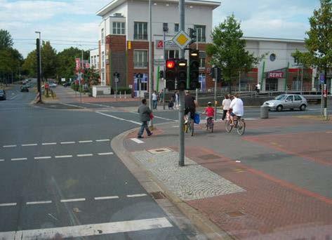 路口處配置不同顏色或材質的鋪面以利識別