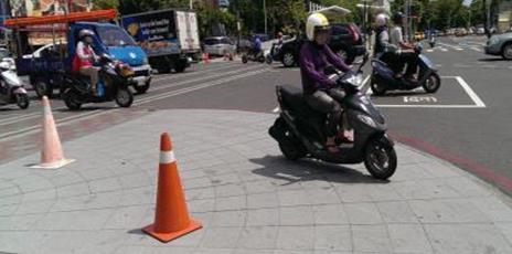 機動車輛容易侵入缺乏安全防護的路口空間