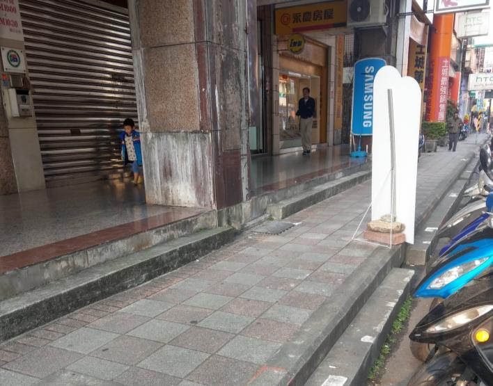防撞桿+緣石防護案例(日本)
