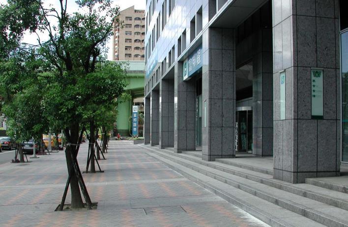 臨路側設置台階,騎樓與人行道順接(新北市)