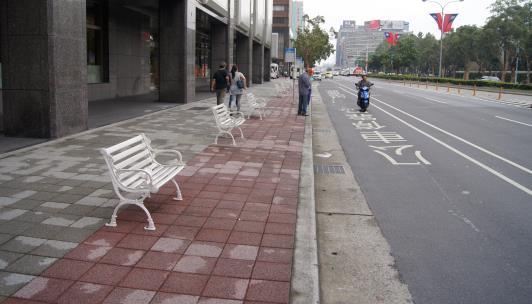人行道空間提供休憩點供高齡者使用