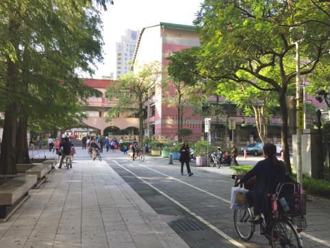 學校周邊通學動線規劃設置人行道及自行車道